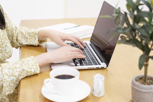 ブログをチェックする女性